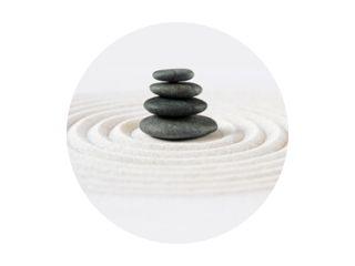 Zen Japanse tuin en zwarte stenen achtergrond