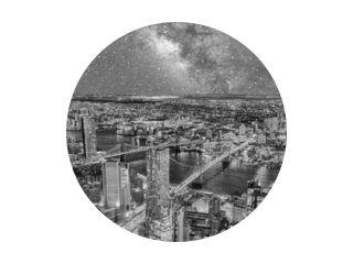 Geweldige nachtelijke luchtfoto van Brooklyn en Manhattan Bridges, East River en wolkenkrabbers, New York City