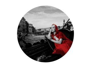 Beautifiul vrouw in rode mantel rijden op gandola