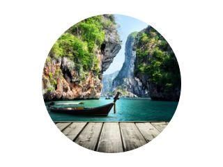 lange boot en rotsen op railay beach in Krabi, Thailand