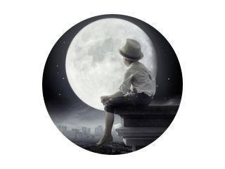 Zwart-wit foto van een kleine jongen zittend op het dak