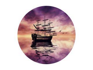 Zeilboot tegen prachtig zonsonderganglandschap