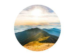 Berglandschap bij zonsondergang