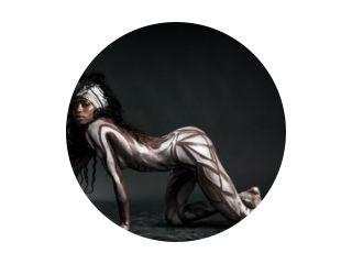 Sexy Afrikaans modellichaam beschilderd met polygonen