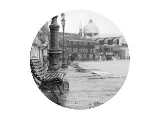 lange tijd blootstelling van typische houten bank aan de promenade in Venetië (Venezia) op een regenachtige dag in de herfst zonder mensen, Italië, Europa, zwart-wit