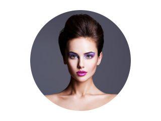 Modeportret van een mooi meisje met creatief kapsel en