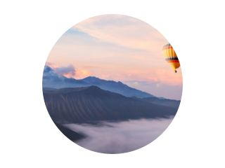 prachtig inspirerend landschap met heteluchtballon die in de lucht vliegt, reisbestemming