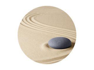 Zen meditatie stenen tuin achtergrond. Steen op fijn zand staat voor balans, harmonie, concentratie en ontspanning...
