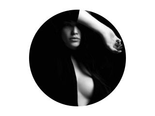 erotische mooie vrouw in het donker