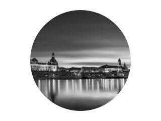 Dresden stadsgezicht panorama in zwart-wit. Beeldende kunst, lange belichtingsnachtfoto van de beroemde stad in Europa met stadslichten en prachtige waterreflecties in de rivier de Elbe. Perfecte afbeelding voor aan de muur