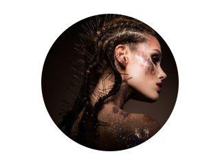 Mannequin met lichte make-up en kleurrijke glitter en glitters op haar gezicht en lichaam