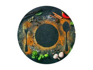 Kruiden en specerijen op tafel met bestek silhouet