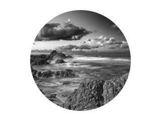 Lange blootstelling rotsachtige kustlijn - B&amp W.