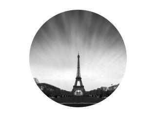 Mooie rustige lange blootstelling uitzicht op de Eiffeltoren in Parijs, Frankrijk, in zwart-wit