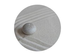 Grijze zenstenen op het zand met golftekeningen. Concept van harmonie, balans en meditatie, spa, massage, relax