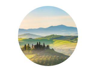 Prachtig mistig landschap in Toscane, Italië