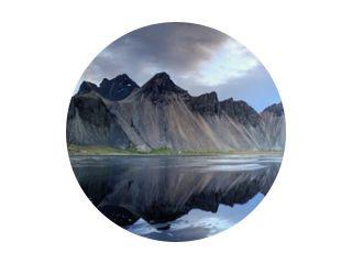 Zandduinen op de Stokksnes aan de zuidoostelijke IJslandse kust met Vestrahorn (Batman Mountain). IJsland, Europa.