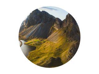 schilderachtige weg in IJsland, prachtig natuurlandschap luchtpanorama, bergen en kust bij zonsondergang