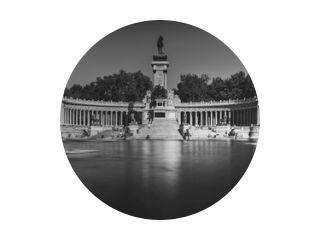 Monochroom lange blootstelling van mensen op boten tegenover het monument voor Alfonso XII in het Parque del Buen Retiro, bekend als het Park van de aangename retraite in Madrid, Spanje