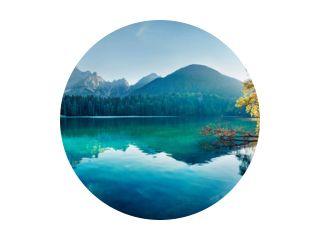 Kleurrijk de zomermening van Fusine-meer. Heldere ochtendscène van Julische Alpen met Mangart-piek op de achtergrond, provincie Udine, Italië, Europa. Reizende concept achtergrond.