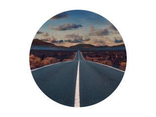 Afbeelding met betrekking tot onontgonnen wegreizen en avonturen. Weg door het schilderachtige landschap naar de bestemming in het natuurpark Lanzarote