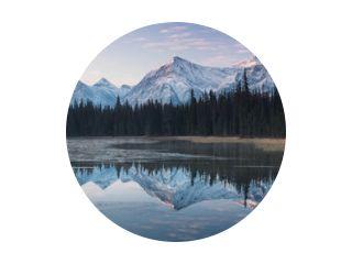 Bijna perfecte weerspiegeling van de Rocky Mountains in de Bow River. In de buurt van Canmore, Alberta, Canada. Het winterseizoen komt eraan. Beren land. Mooi landschapsachtergrondconcept.