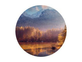 Geweldig natuurlandschap. Prachtig landschap met hoge bergen met verlichte toppen, stenen in het bergmeer, reflectie, blauwe lucht en geel zonlicht bij zonsopgang. Geweldige natuur achtergrond.