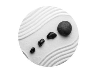 Zwarte stenen op zand met patroon, bovenaanzicht. Zen, meditatie, harmonie