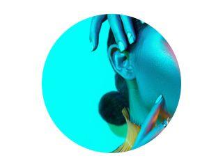 High Fashion model vrouw in kleurrijke felle lichten, portret van mooi sexy meisje met trendy make-up en manicure. kleurrijke neonhuid, kunstontwerp, veelkleurige make-up. Over blauwe achtergrond