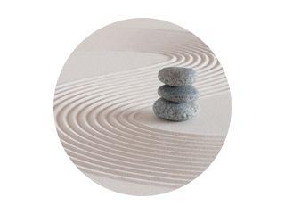 Japanse zentuin met steen in gestructureerd wit zand