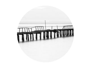 Lange blootstellingsmening van houten brug in rug en witte achtergrond