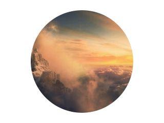Prachtig luchtlandschap van bergtop bij zonsondergang boven de wolken - panoramisch