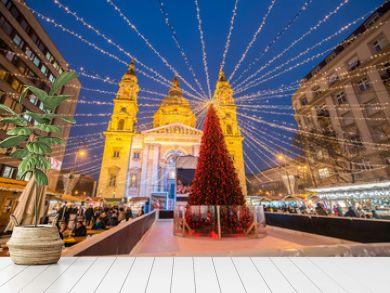 Weihnachtsmarkt auf dem St. Stephans Platz in Budapest, Ungarn